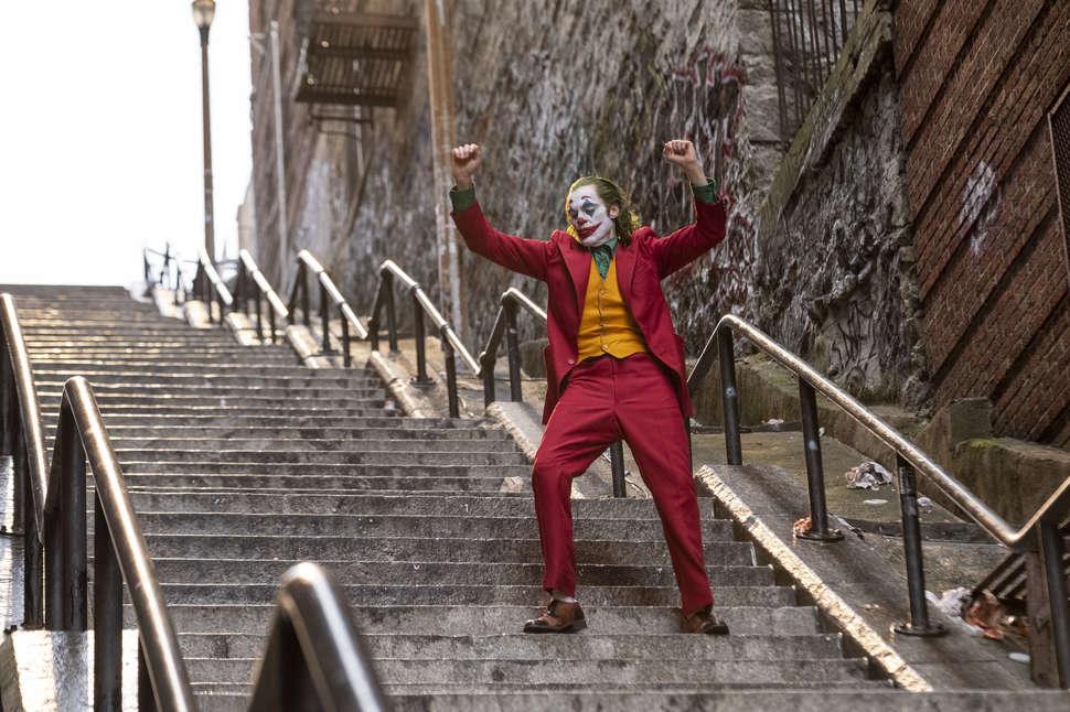 Rinden culto religioso en escalera de Joker