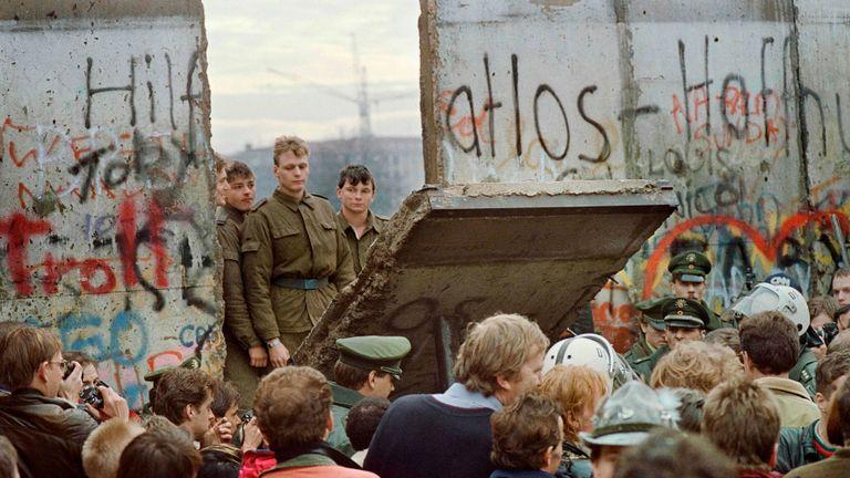 El error que llevó a los alemanes a tirar el Muro de Berlín