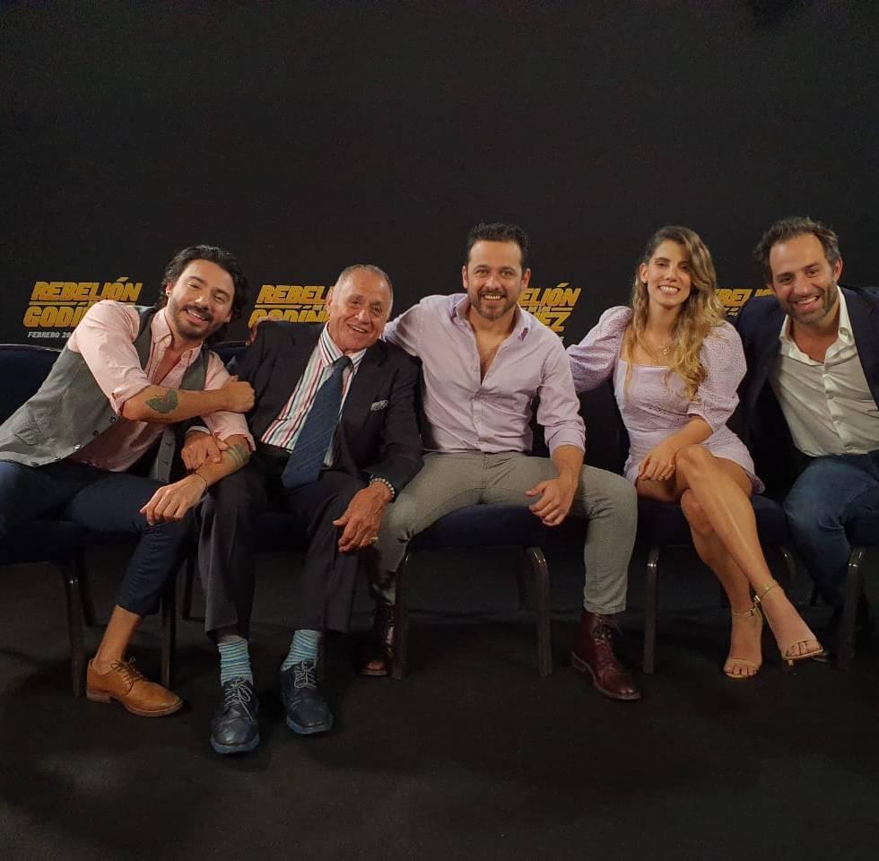 Gustavo Egelhaaf nos canta Soldado del Amor en entrevista con elenco de Rebelión de los Godínez